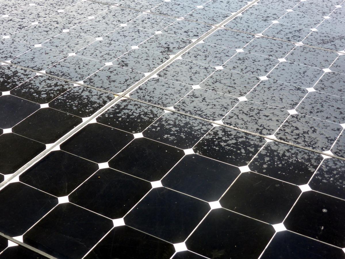 Nach Regenschauer teilweise nasse Solarzellen.