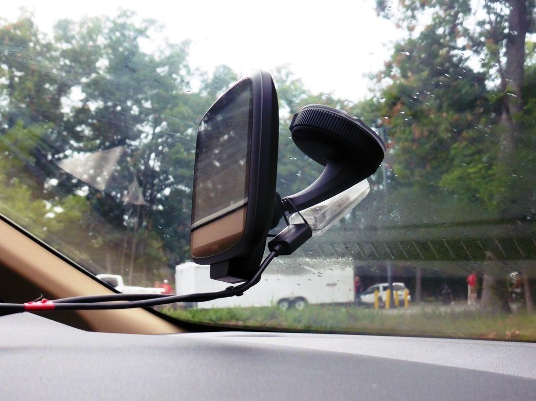 Der USB-Serial-Empfänger an der Windschutzscheibe.