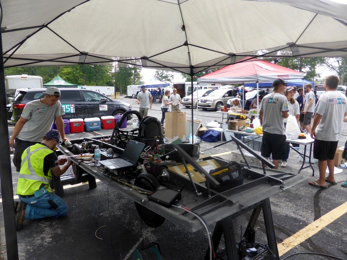 Überdachte Werkstatt auf dem Parkplatz am Cuyahoga Community College.