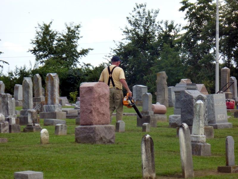 Ein Laubbläser auf dem Friedhof. Hört ja niemand mehr was.