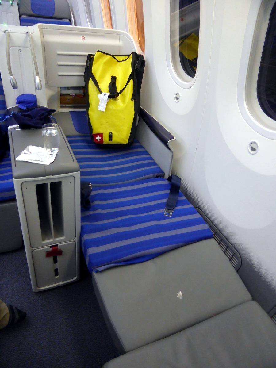Ein Schweizer Backroller in der Dreamliner-Business-Class. Lockere Abdeckung am Kopfende. Hinterher von mir repariert.