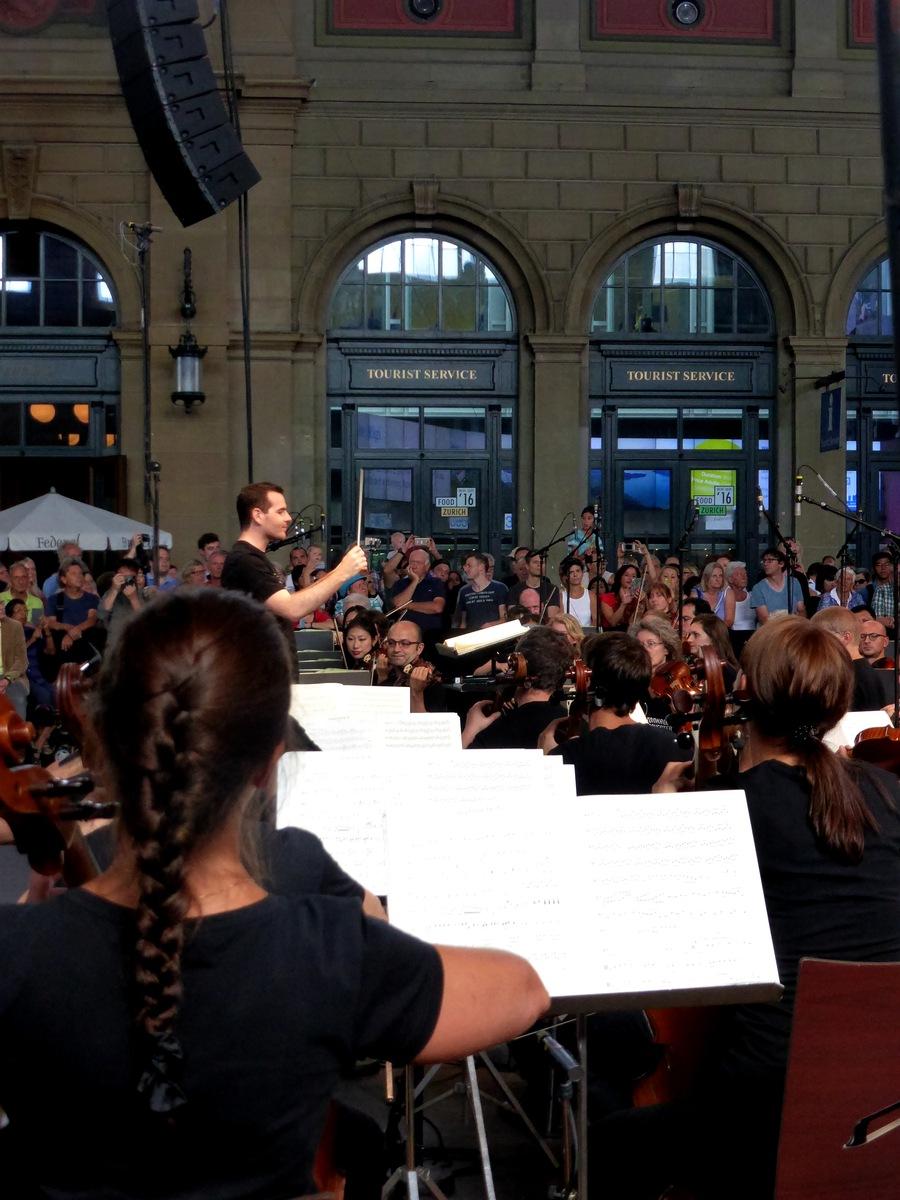 Und der echte Dirigent Lionel Bringuier.