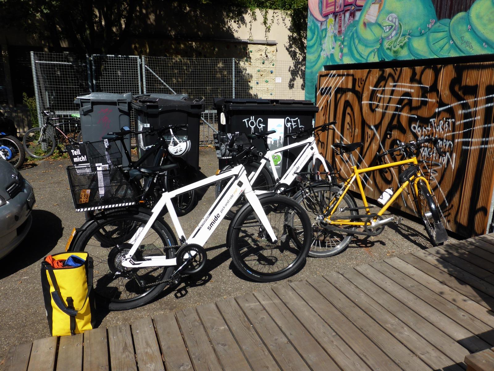 Die smide-E-Bikes gibt's in schwarz und weiss. Schweizerpostgelb hätte vielleicht zu Verwechslungen oder Ärger mit der Post geführt.