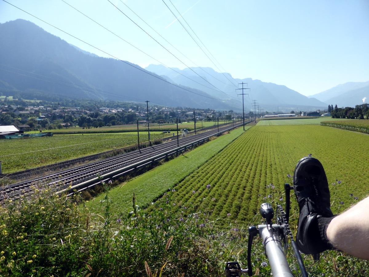 Blick zurück ins Rheintal ohne Rhein, aber mit Bahnstrecke.