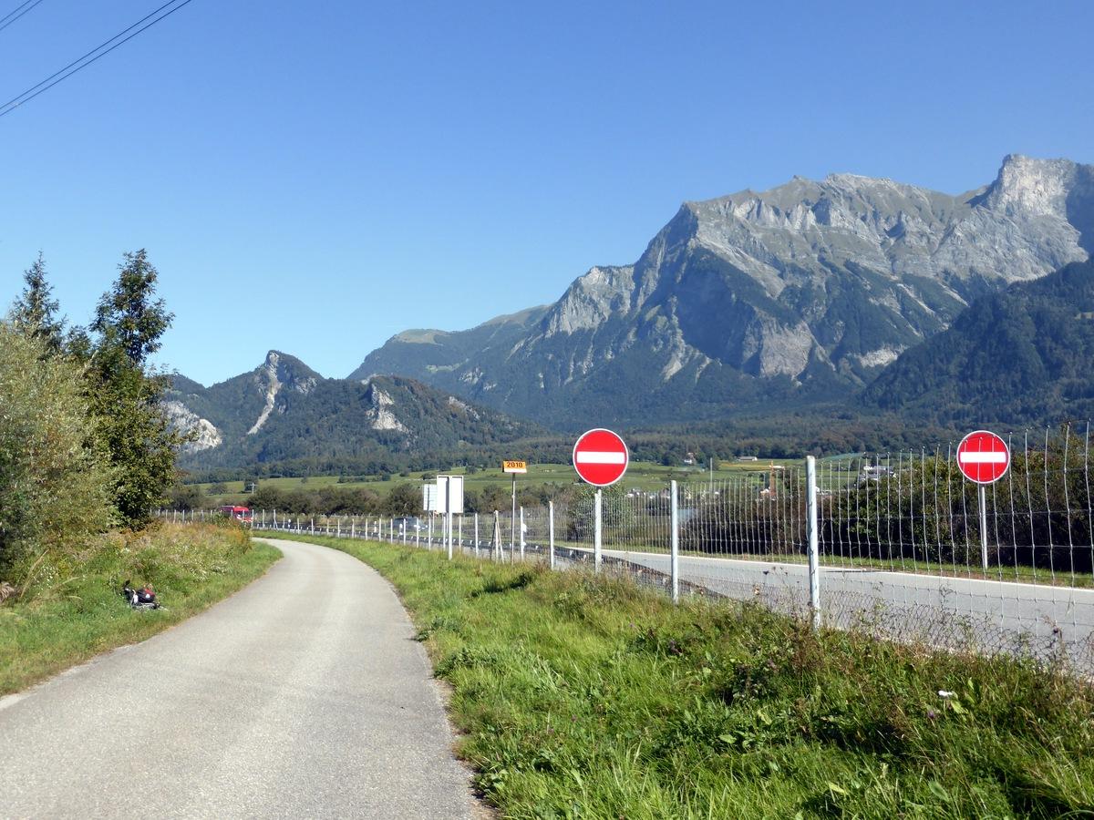 Bei den zwei roten Schildern haben sie den senkrechten weissen Strich vergessen, denn wir sind immer noch in der Schweiz und nicht in Österreich.